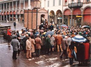 Asta benefica con le opere realizzate nel Grande Forno a Legna, Piazza della Libertà, Faenza, 1989.
