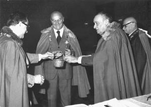 Caparela, collare ceramico, cestino con il gotto faentino, Faenza, 1975.