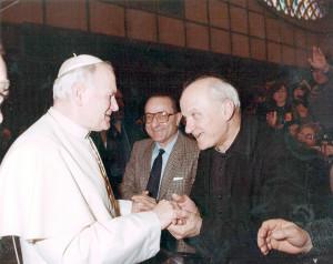 Don Gino Montanari e Alteo Dolcini da Papa Giovanni Paolo II, Sala Nervi, Città del Vaticano, 1989.