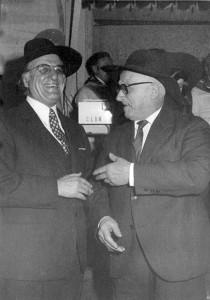 Ino Savini e Raffaele Bendandi ricevono il caplazz di merito della Società del Passatore, Faenza, 1972.